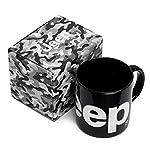 ■Jeepロゴを前面に表現した陶器製マグカップ ■カラー:ブラック ■素材:陶器製 ■サイズ:90mm(直径)×90mm(高さ) ■販売元:FCAジャパン株式会社(ジープ ジャパン)