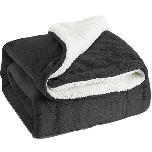 Bedsure Sherpa Decke Anthrazit zweiseitige Wohndecken Kuscheldecken, extra Dicke warm Sofadecke/Couchdecke aus Sherpa, 220x240 cm super flausch Fleecedecke als Sofaüberwurf oder Wohnzimmerdecke