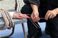 酷刑演示:竹签扎手指