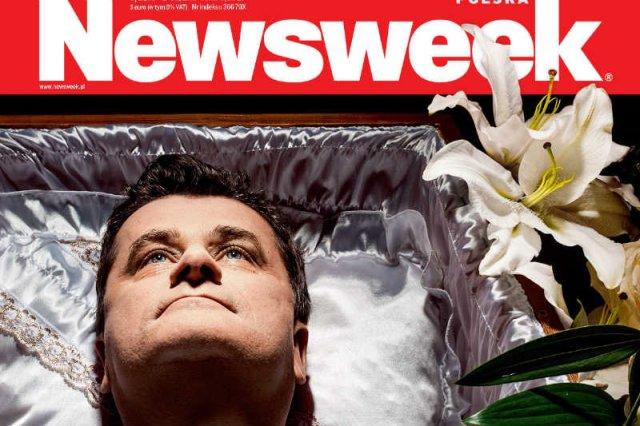 """Najnowszy numer tygodnika """"Newsweek Polska"""" przedstawia Janusza Palikota w trumnie."""