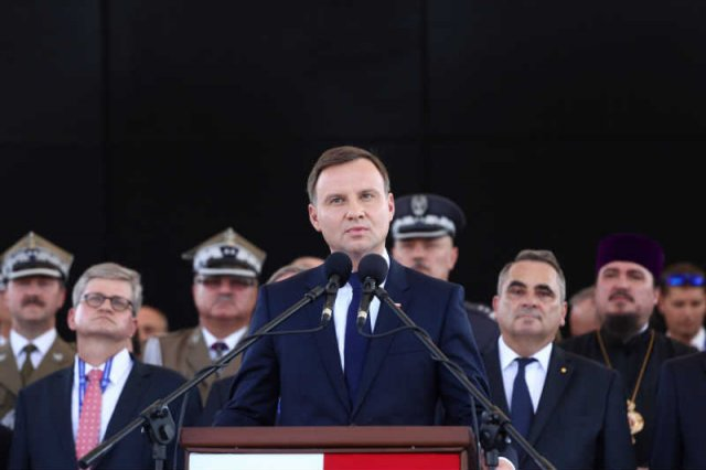 Andrzej Duda stwierdził, że Polska jest piękna i staje się coraz silniejsza. Na zdjęciu podczas przekazania zwierzchnictwa nad wojskiem.