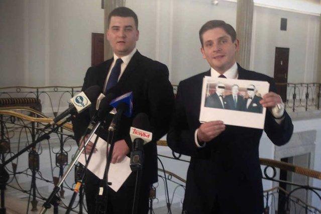Jacek Kurski narzucił jeden z głównych tematów tej kampanii prezydenckiej. Na zdjęciu polityk PiS prezentujący zdjęcie prezydenta z byłym szefem SKOK Wołomin