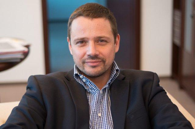 """Rafał Trzaskowski chce pokazać, że politycy PO nie są""""sytymi, zadowolonymi kotami""""."""