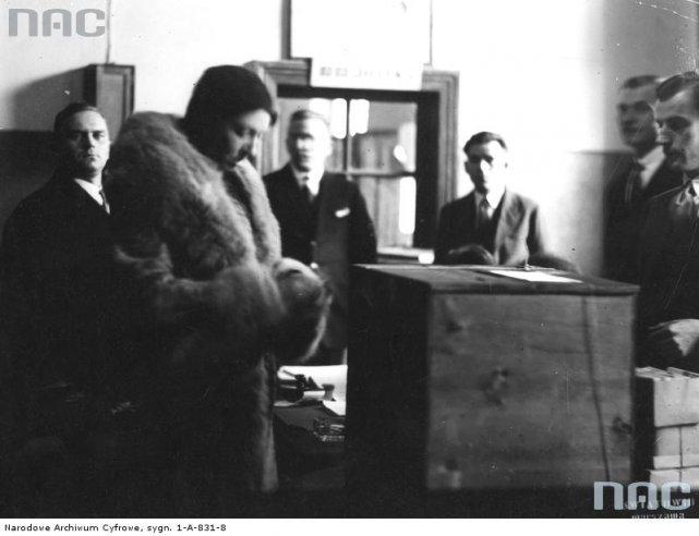 Wybory do Sejmu w 1930 roku w Warszawie. Głosuje Halina Konopacka-Matuszewska.