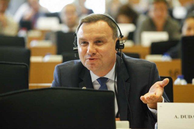 Prokuratura bada nieprawidłowości przy zatrudnianiu asystentów przez posłów PiS. To może położyć się cieniem na prezydenturze Andrzeja Dudy, bo śledztwo dotyczy też jego.