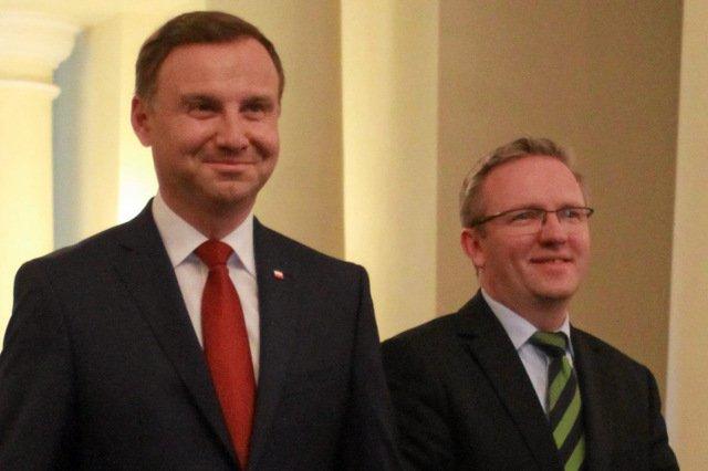 """Krzysztof Szczerski (z prawej) zapewnił, że asystenci europosłów PiS nie byli i nie są zatrudniani na """"lewych etatach"""""""