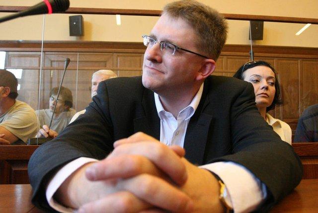 """Grzegorz Braun na sali sądowej. Reżyser jest autorem słów o""""rozstrzelaniu dziennikarzy"""" TVN i """"Gazety Wyborczej""""."""
