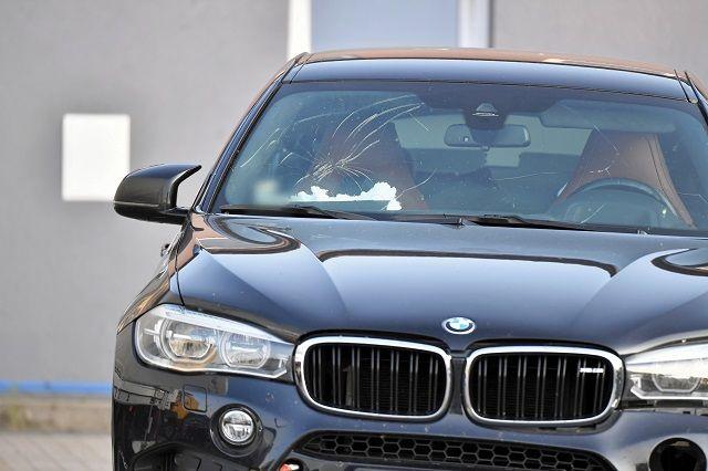 Rozbity samochód BMW X6M Kamila Durczoka na policyjnym parkingu depozytowym w Niechcicach k. Piotrkowa Trybunalskiego