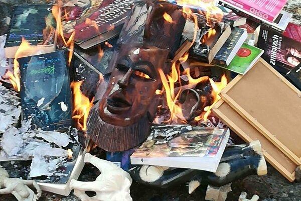 Medzi spálenými knihami boli aj príbehy čarodejníka Harryho Pottera.