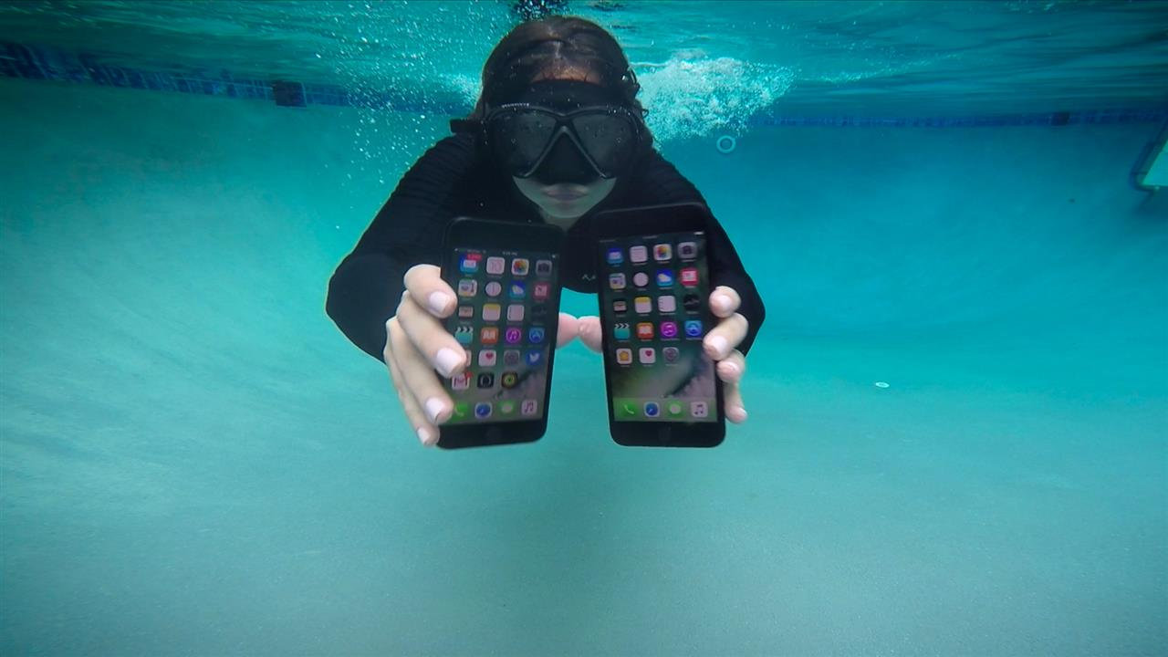 Iphone X Moving Wallpaper Iphone 7 And Apple Watch Series 2 Underwater Tests