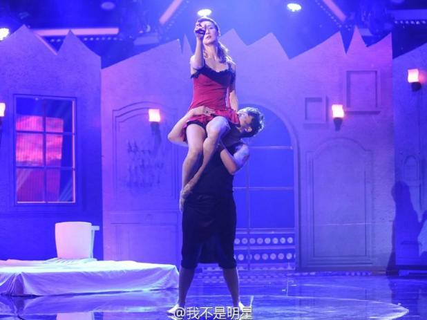 嬌妻又穿睡衣與猛男熱舞,王皓在台下這副表情…