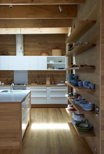 Una cocina con suelos techos y paredes de madera  Paperblog