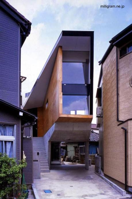 Casa urbana angosta de tres plantas con cochera en Tokio
