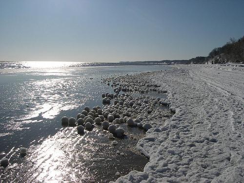 El curioso fenómeno de las bolas de hielo en la playa