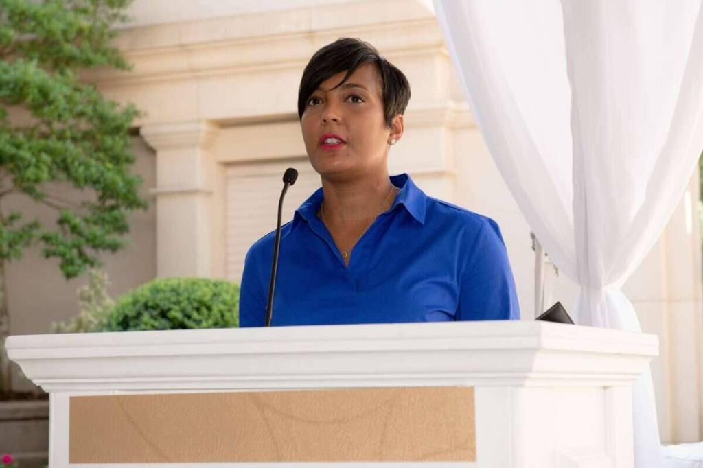 Port du masque: la mairesse d'Atlanta poursuivie en justice par son gouverneur