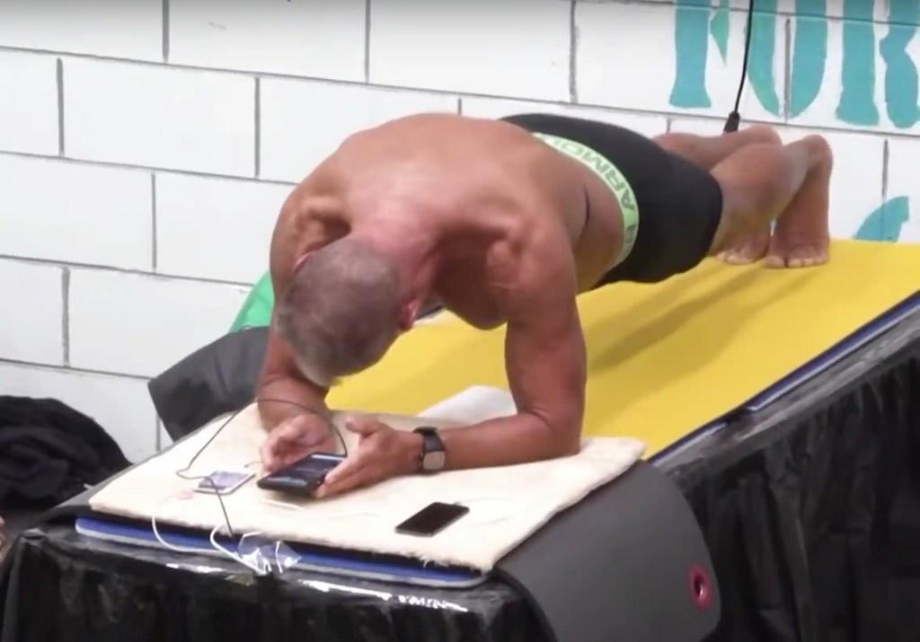 Un ancien militaire bat le record du monde de planche abdominale
