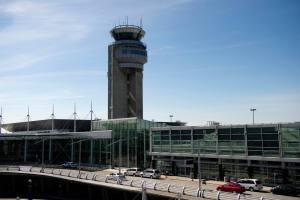 Aéroport Montréal-Trudeau: une 1re dose de vaccin pour les travailleurs étrangers