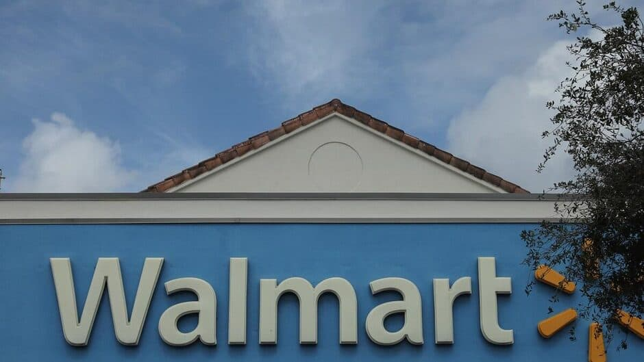 COVID-19: mécontent des règles, il fonce en voiture sur un employé d'un Walmart de Sherbrooke