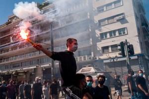 Coronavirus : gaz lacrymogènes lors d'une manifestation d'étudiants à Athènes