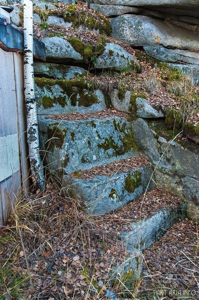Увеличенный фрагмент лестницы, оказавшейся под останцом.
