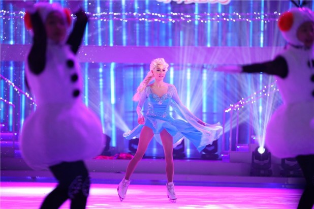 變冰雪女王!張柏芝芒果小年夜滑冰秀舞姿(組圖)