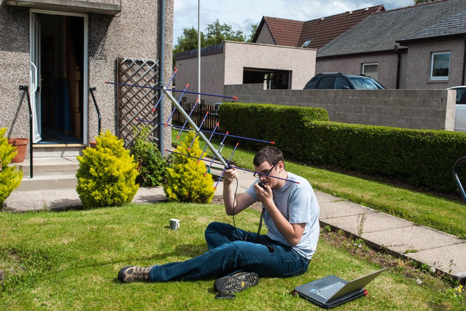 Peter 2E0SQL operating via FO-29 while sitting on the front lawn of his grandmas house