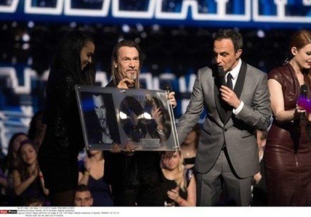 Florent Pagny se voit remettre son double disque de platine lors des NRJ Music Awards