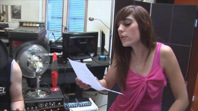 """la chanteuse de MyMajorCompany Nalya au studio d'enregistrement pour son single """"Miss Miles"""""""