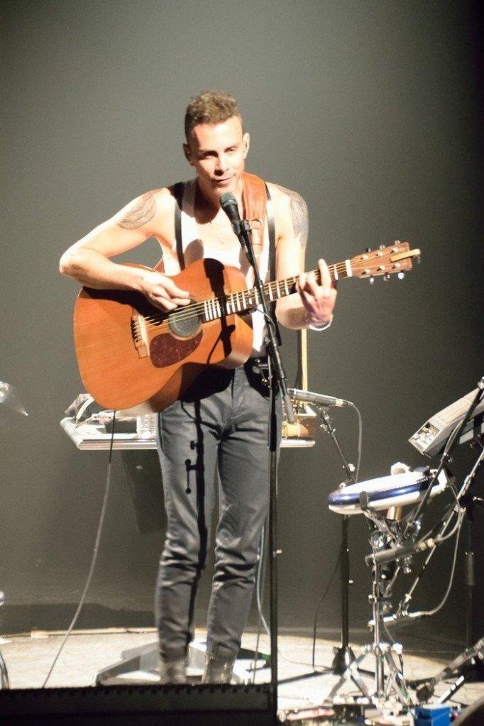 Asaf Avidan dérriér sa guitare lors du concert à Saint Avold