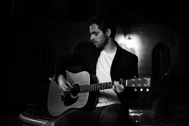 Sur scène Bastien Lanza n'a besoins que de sa guitare et de sa voix