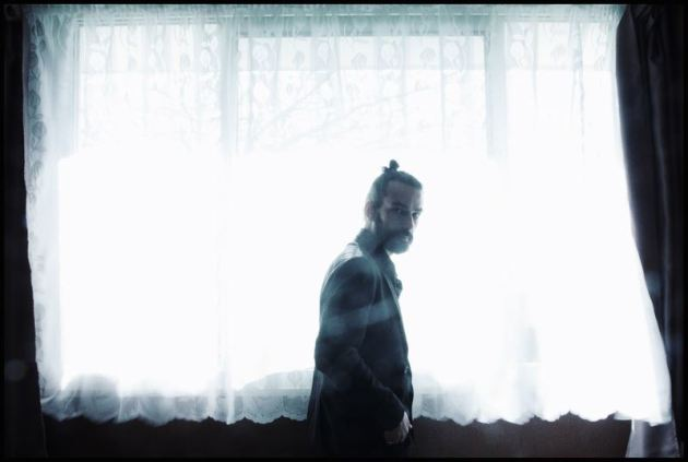 Vadim Vernay en photoshooting pour la sortie de son dernier album