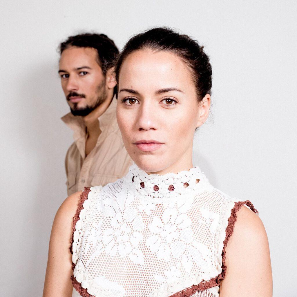 un duo franco tahitien Vaiteani en pose photo pour leur premier album