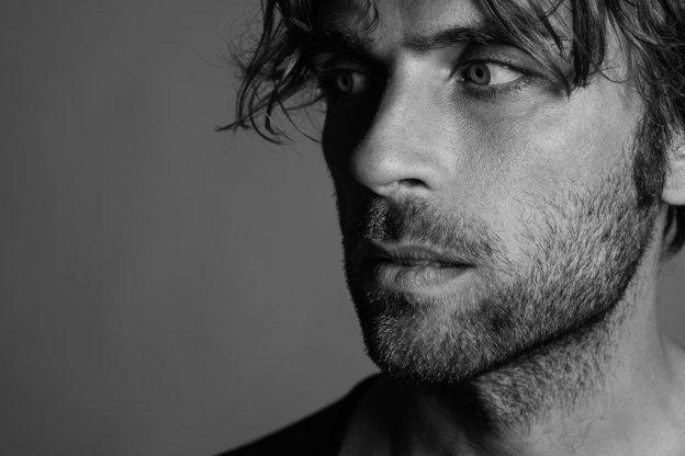 "portrait de l'artiste sicilien Fabrizio Cammarata lors de la sortie du clip ""In The Cold"""