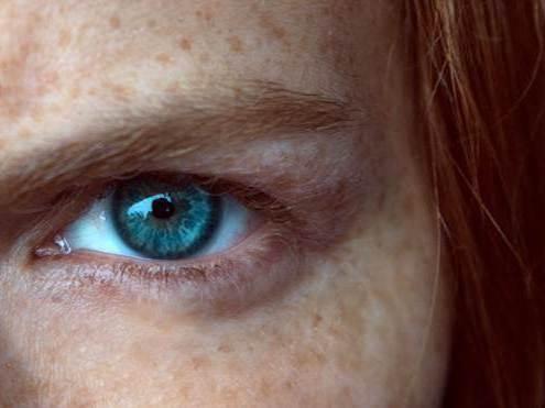 portrait sérrée sur un oeil de l'artiste Mo Cushle