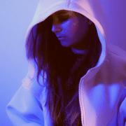 Portait en lumière violet de l'artiste AJJY