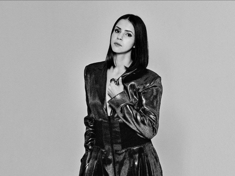 portrait en noir et blanc de l'artiste Marina Kaye
