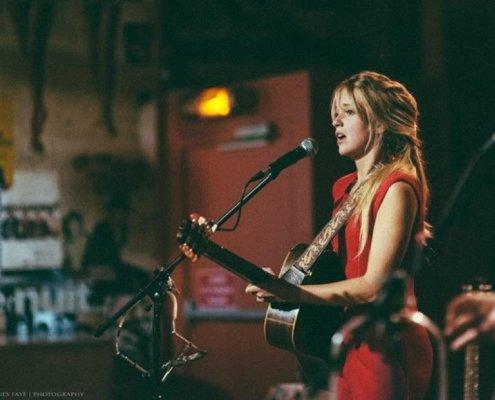 L'artiste Roxane Arnal est en concert avec sa guitare