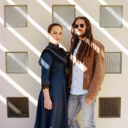 Portrait du duo Vaiteani en extérieur avec jeux de lumière