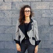 portrait de l'artiste Mélie Fraisse devant un mur