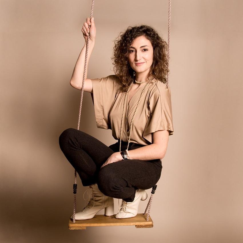 Carole Masseport en équilibre sur une balançoire