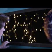 image issu du clip de Étienne Détré où il regarde la terre depuis un vaisseau spacial.
