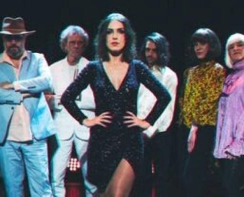 Margaux Simone en diva dico entourée de ses danseurs