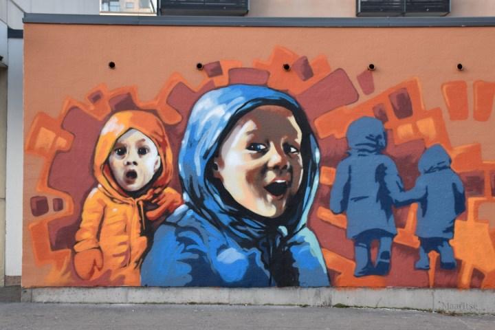 Graffiti Oulussa toppavaatteissa olevista lapsista.