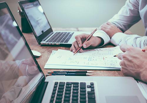 Laptops, pennen, papier gereed; Advocaten aan de slag met Maatwerkcontact Julius Scholten Businesscoaching Advocatuur