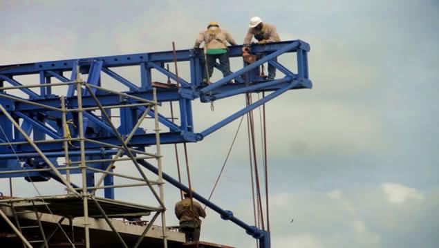 Trabajo de alturas en pila 1, puente Río Mira