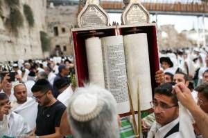 עשרות אלפי מתפללים השתתפו בברכת הכהנים בכותל המערבי ויקי אדמקרי