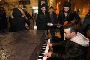 ביקור התזמורת: איך הגיעו פסנתרים לרחובות הערים בישראל ולמה השכנים מיואשים מאת צאלה קוטלר