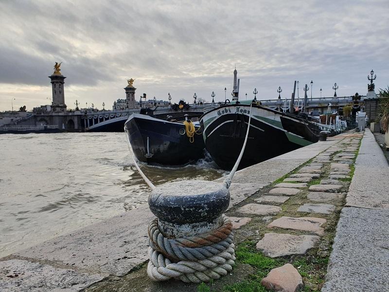 La seine et les péniches à Paris