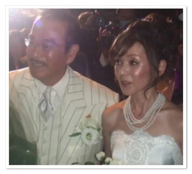 眞栄田郷敦の父親の千葉真一と母親の玉美がドレスで歩いている