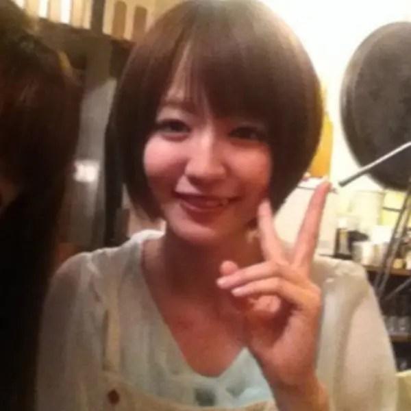 大学時代の滝菜月アナが笑顔でピースをしている